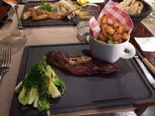Entrecote du boeuf with a side of romaine salad and the best flash-fried, roasted potatoes I've ever had. Home fries, they are not! The homely potato made Tres Magnifique!