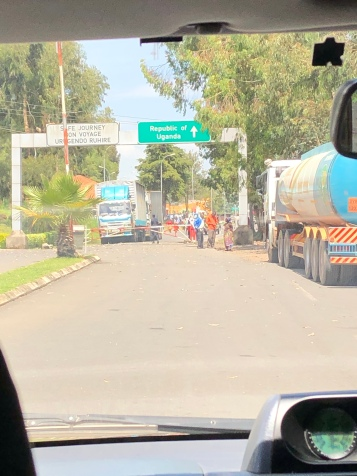 Approaching the Ugandan border crossing